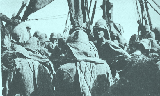 This photo shows Grenadier Guards boarding a river steamer going up the Nile in the Sudan Campaign of 1896 – 1898. Note the quilted spine pads, neck curtains and the red and blue cockades worn on the helmet.