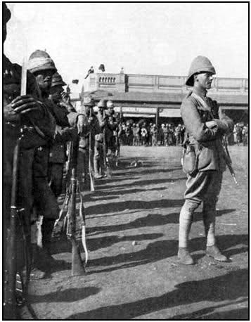 The Grenadier Guards in Pretoria. Photos of  Guardsman serving in the Boer War are often show wearing white, or lighter colored puggarees around the crown of the foreign service helmet. Note the officers' private purchase water  bottle and carbine. (Photo: Black and White Budget James Holt collection)