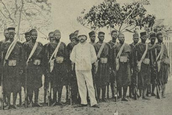 A period photo of a white Force Publique officer with Askari volunteers.