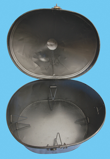 A double tin illustrating the clips used to secure two helmets. (Author's collection)